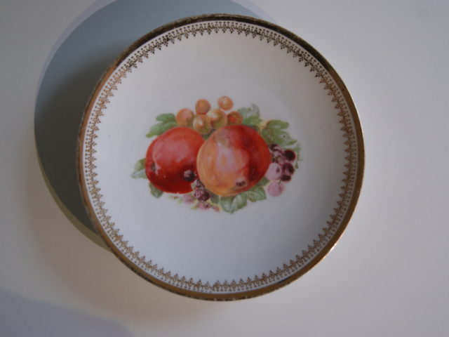 Parowa (Tiefenfurt) plate with apples, blackberries and grapes
