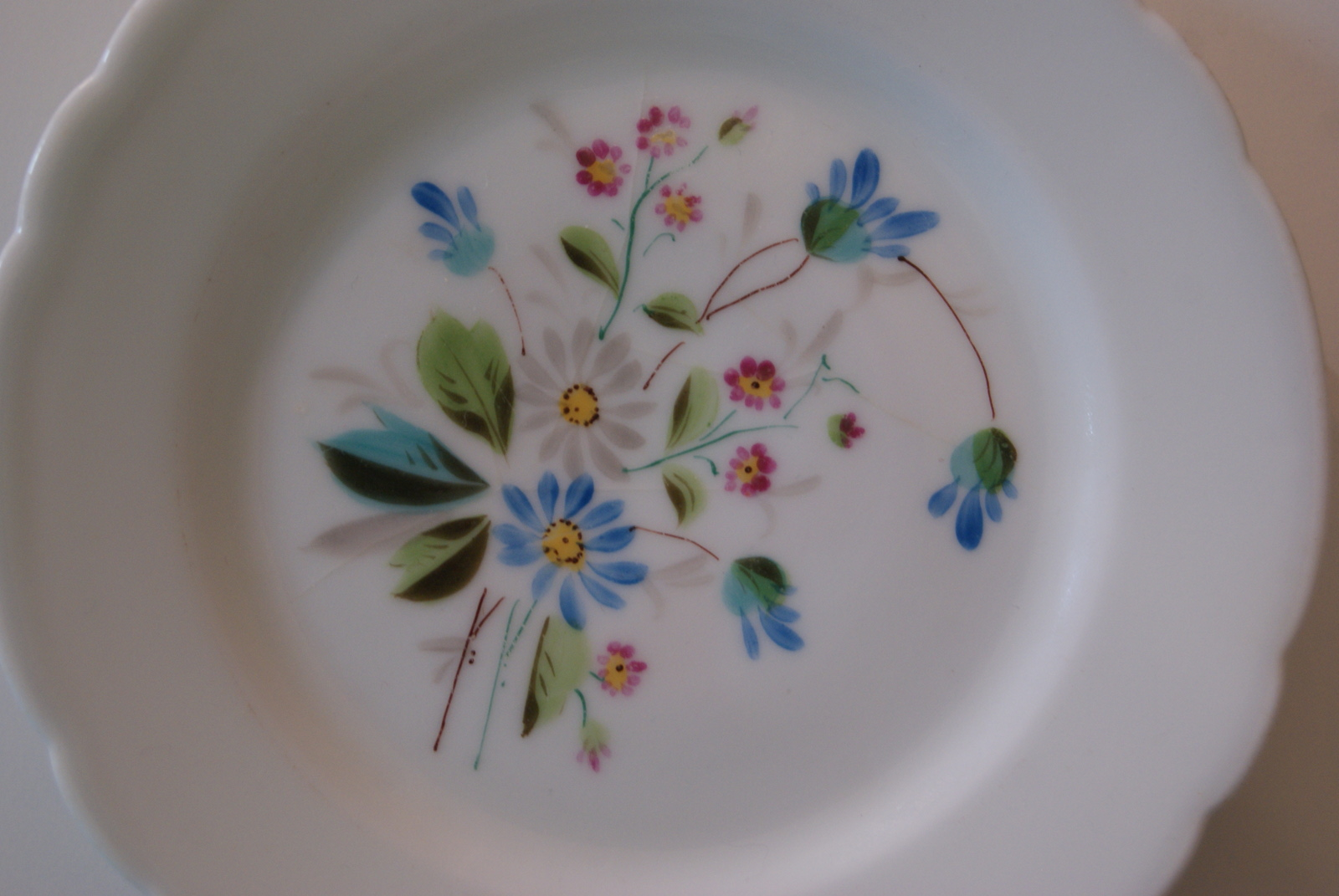 Fraureuth plate with bouquet, white, red, blue flowers and leaves