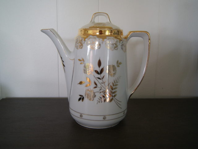 Jaworzyna Slaska (Konigszelt) coffee pot with golden decor and golden roses