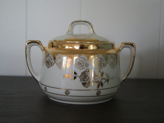 Jaworzyna Slaska (Konigszelt) sugar bowl with golden decor and golden roses