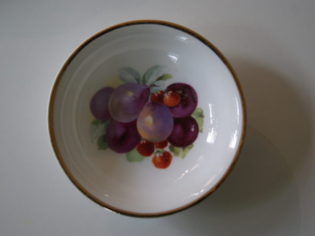 Porsgrund dessert bowl with fruits – plums and strawberries