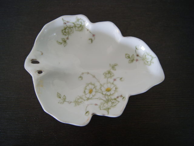 Porsgrund leaf shaped plate with white flowers