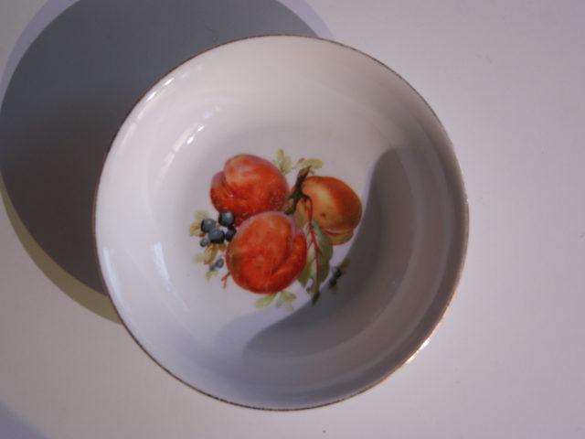Waldenburg – Altwasser bowl with peaches and blueberries 1930