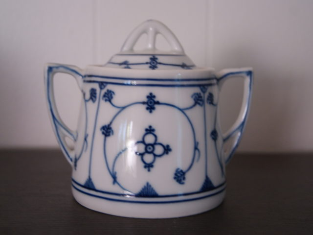 Waldenburg – Altwasser sugar bowl with straw pattern