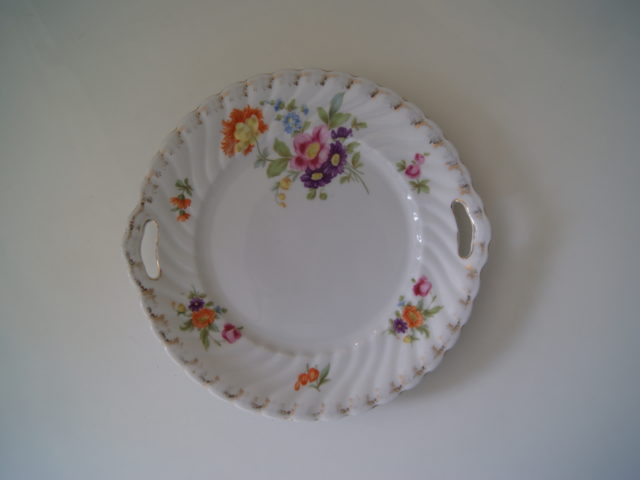 Waldenburg dish with bouquet, roses and golden decor