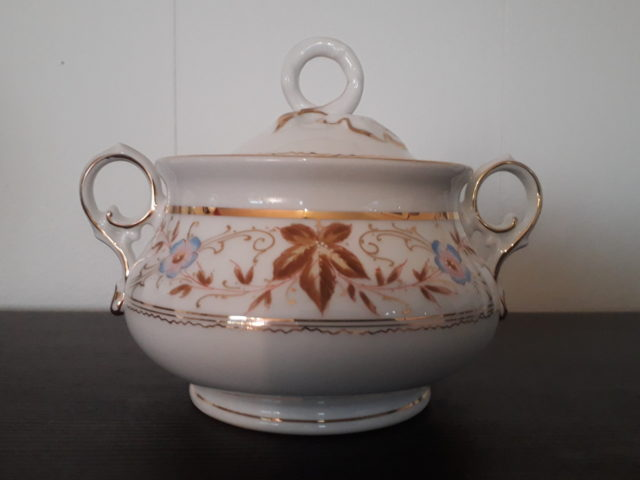 Waldenburg – Altwasser sugar bowl with handpainted flowers and leaves
