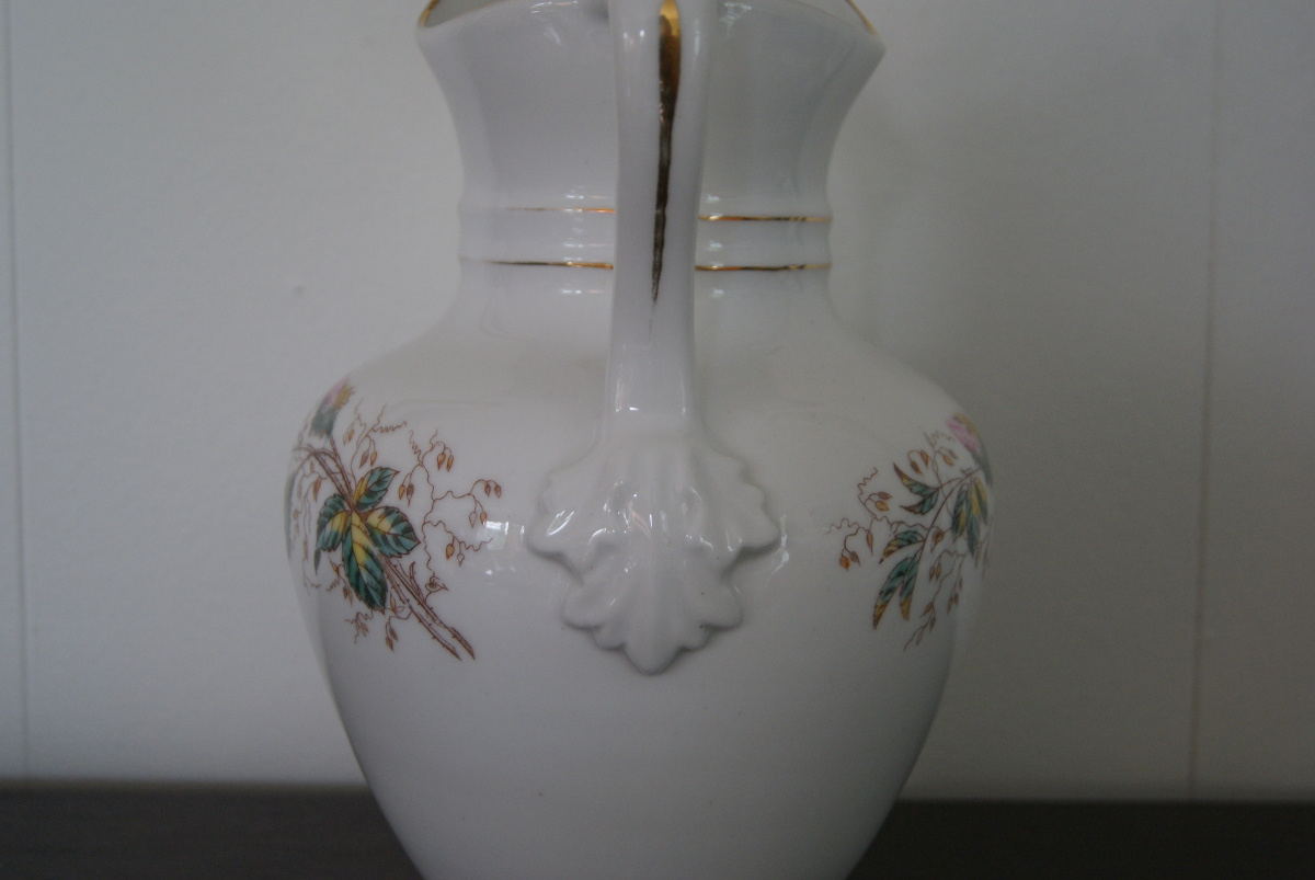 Waldenburg – Altwasser chocolate jug with flowers and lion
