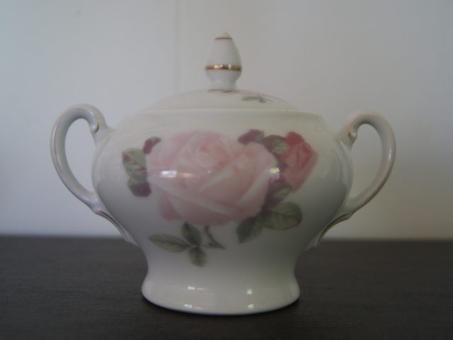 Waldenburg sugar bowl with flowers, roses