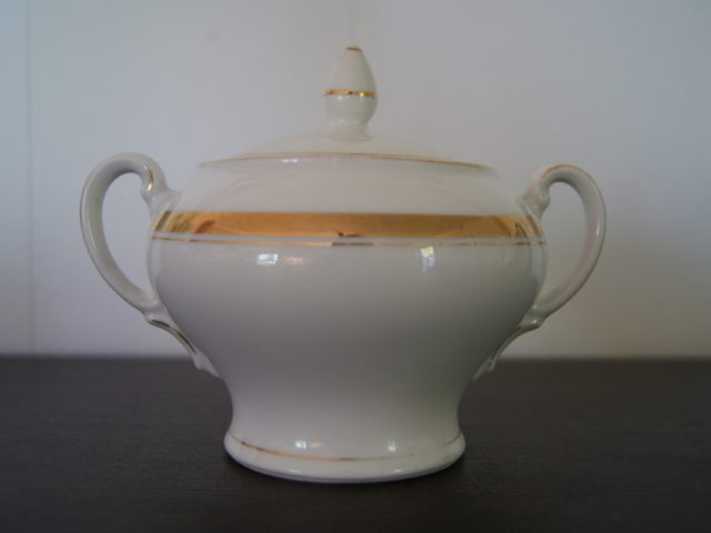 Waldenburg sugar bowl with golden decor